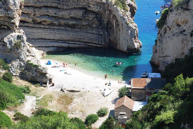 Playa en isla de Vis, Croacia. Foto © Patrick Mreyen